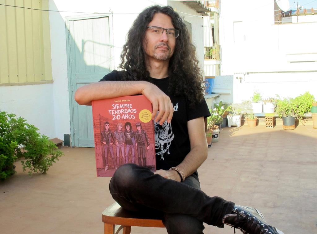 """Jaime Martín posando con su libro """"Siempre tendremos 20 años"""" en la mano."""